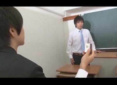【ゲイ動画】可愛い系の男子学生がタイプの教師を脅しながらスケベなことを楽しみあうことになる!