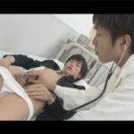 【ゲイ動画】「チンチンが大きくなっちゃうんです!」と保健室の先生に相談に来た何も知らない男子校生が先生の肉棒注射をお尻に挿れられる!