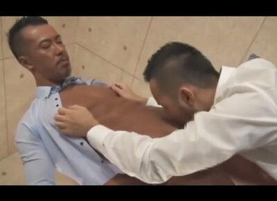 【ゲイ動画】ダンディな色黒リーマンのタチ兄貴が騎乗位と正常位で同僚のケツマンを小刻みガン掘りピストンでハメ倒す!