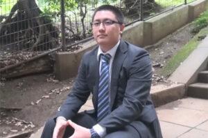 【ゲイ動画】短髪にスーツのメガネ営業マンが外回り中に秘密のバイト!ガタイの良い25歳が公衆トイレでオナ射を見せつける!