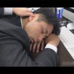 【ゲイ動画】先輩が淹れてくれたコーヒーには睡眠薬…!休日出勤中のイケメンスーツリーマンが先輩にオイルまみれにされレイプされてしまう!