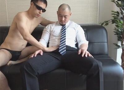 【ゲイ動画】頭頂部がはげかけている坊主の中年がゴーグルマンにアナルセックスで犯され腸内にザーメンを種付けされる!