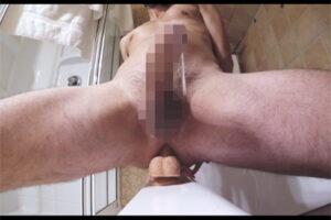 【外国人ゲイ動画】ディルドに跨り前立腺をゴリゴリ刺激!包茎チンポの髭外人がハンズフリーでオナ射する!