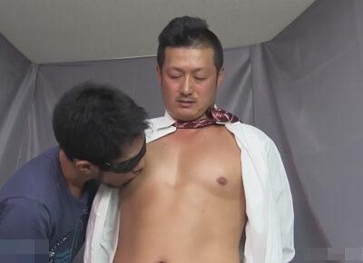 【ゲイ動画】ガチムチ中年素人スーツリーマンが手を後ろに拘束されたままマラを電マやフェラで責められて乳首舐り手コキで精子をドピュ射!