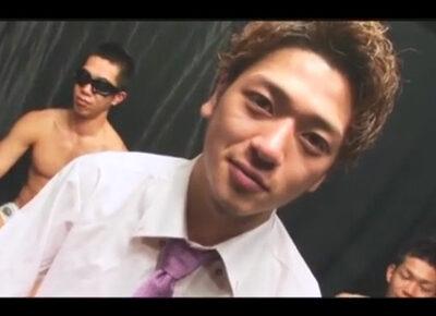 【ゲイ動画】国分太一に似ているスーツ姿の男がゴーグルマンたちとのプレイを楽しむことになる!