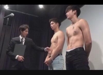 【ゲイ動画】2人のイケメンがスーツ姿の男に尽くしてあげながらアナルセックスを激しく楽しむことになる!