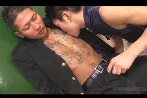 【ゲイ動画】上半身にイカついタトゥーを入れた半グレ学ラン男子校生が野球部員にマラをおしゃぶり奉仕させケツマンコをガン突きする!