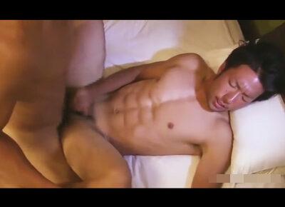 【ゲイ動画】腹筋バキバキのアスリート系イケメンのケツをおもちゃで徐々に広げていき肉棒でガチ掘りしフィニッシュは顔射!