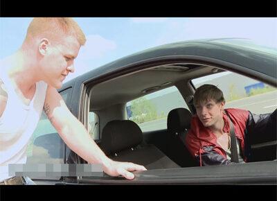 【外国人ゲイ動画】ヒッチハイクで引っ掛けた車のイケメン運転手に即尺させ日も明るいのに野外セックスで即ハメするマッチョ外人!