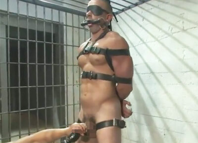 【外国人ゲイ動画】白人の看守が囚人に拘束されてしまい、好きなように全身をスケベに犯されることになってしまう!