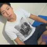 【ゲイ動画】サンシャイン池崎に似ている男がオナニーを見せてからゴーグルマンに犯されることになる!