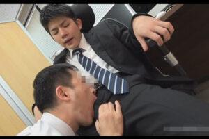 【ゲイ動画】社内で童顔の新卒スーツリーマンが上司にローション手コキでイカされてテーブルの上で激しくケツマンコをマラピストンされる!
