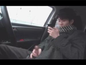 【ゲイ動画ビデオ】26歳の不動産の仕事をしているイケメン君が車の中でオナニーを満喫する姿を見せつける!