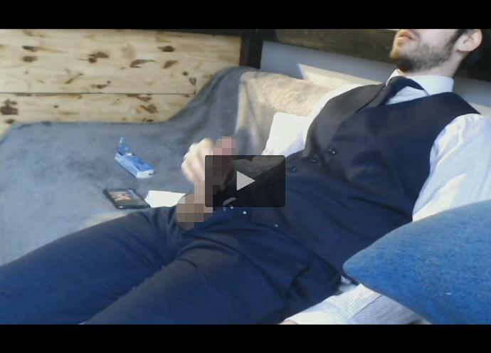 【外国人ゲイ動画】在宅勤務中のダンディイケメン欧米人がチャックから肉棒のみを取り出してスマホを見ながらオナニー!