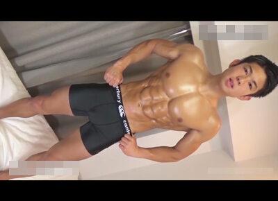 【ゲイ動画】射精の瞬間を複数カメラ撮り!全身の筋肉がバキバキに仕上がっている小麦肌ノンケイケメンをフェラと手コキで可愛がる!