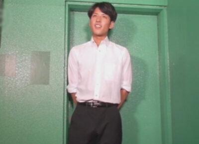 【ゲイ動画】仕事帰りの22歳の新社会人をナンパ!謝礼の力で釣ってパンツを見せてもらい果てには全裸にさせてフェラと手コキでイカせる!