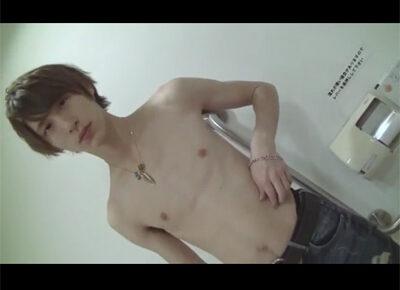 【ゲイ動画】スジ筋なイケメンが多目的トイレで全裸姿になってゴーグルマンに犯されることになる!