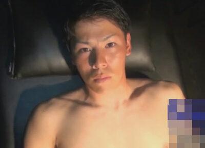 【ゲイ動画】引き締まった体が魅力的なノンケのイケメンがゴーグルマンに手コキやフェラで犯されることになる!