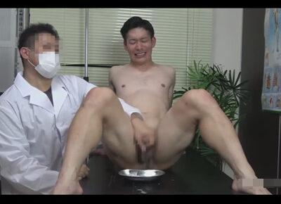 【ゲイ動画】サッカー選手の槙野のような髪形をしている素人が医師のコスプレをしている男にHに攻められ続けることになる!