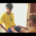 【ゲイ動画】サカユニを着て目隠し待機の可愛い顔のアスリート君と秘め事!お互いのペニスをしゃぶりっこして手コキでイカせ合う!