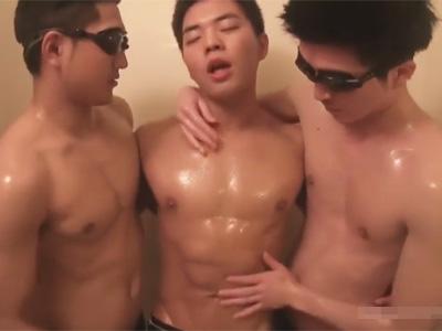 【ゲイ動画】男3人が狭苦しいお風呂で乳繰り合って愛撫を重ねお風呂から出たらベッドで濃厚な3Pアナルセックス!