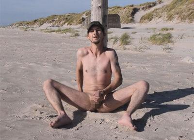 【外国人ゲイ動画】ビーチに全裸姿でいた白人の男がオナニーをしながら開放的に乱れることになる!