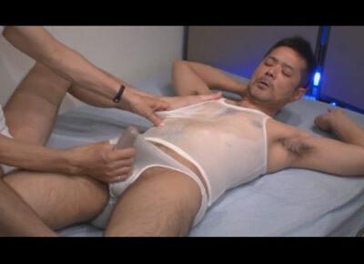 【ゲイ動画】胸毛がふさふさな男がスケスケのタンクトップを身につけた状態でアナルセックスで激しく犯されることになる!