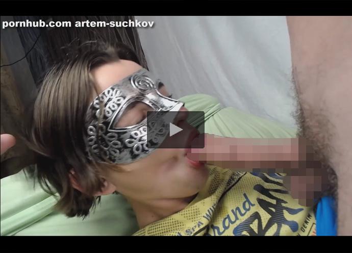 【外国人ゲイ動画】ベネチアンマスクを身に着けたイケメン外人の口マンでペニスをいっぱいご奉仕してもらい舌上射精をキメる!