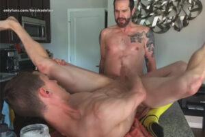 【外国人ゲイ動画】全身にタトゥーを入れている強面な白人がスジ筋な白人を激しく犯してアナルセックスを楽しむことになる!