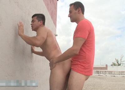 【外国人ゲイ動画】野外でムチムチな体の白人の男たちが立ちバックを中心に楽しんで乱れることになる!