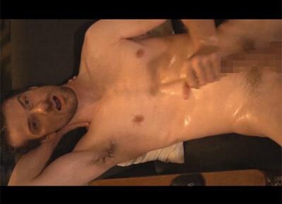 【外国人ゲイ動画】白人のスジ筋の男がオイルまみれになりながらオナニーを激しく楽しむことになる!