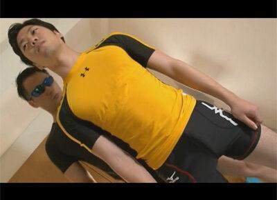 【ゲイ動画】アスリート系の男が全身にローションを塗りたくられながらゴーグルマンにパコパコ犯されてしまう!