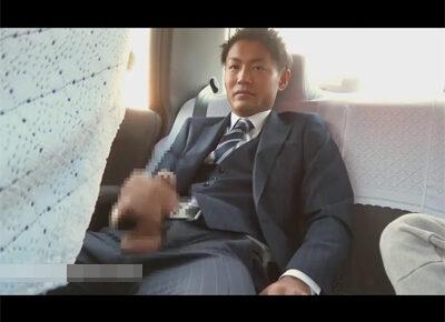 【ゲイ動画】今日の撮影は車内でオナニー!拾ったタクシーに乗り込みイケメンリーマンが竿を取り出し運転手にバレないようにシコる!
