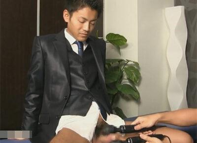 【ゲイ動画】アダルトグッズを一度も使ったことがないスーツイケメンが2つの電マでチンポを挟み込まれドピュドピュとイカされてしまう!