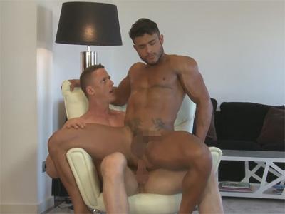 【外国人ゲイ動画】白人と黒人のゴリゴリなマッチョな2人の男がアナルセックスでスケベに乱れることになる!