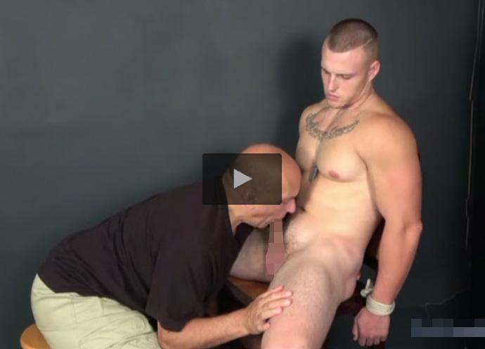 【外国人ゲイ動画】坊主の白人イケメンが禿げ頭な中年の白人の男に全身を淫乱に攻められ続けることになる!