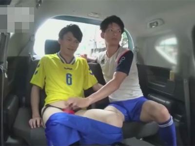 【ゲイ動画】2人のサッカーのユニフォームを着ている男がカーセックスを満喫することになる!