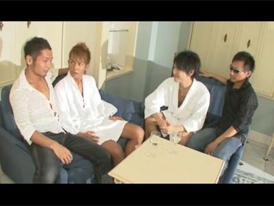 【ゲイ動画】筋肉が仕上がっている4人のイケメンたちが乱交でアナルセックスを激しく楽しみ続けることになる!