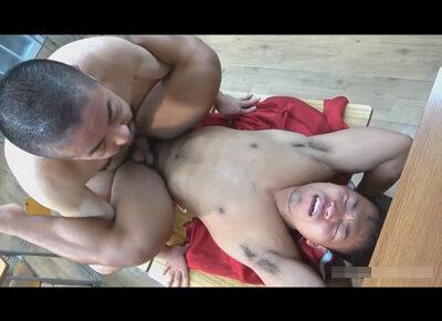 【ゲイ動画】ムチムチな体の体育教師の男が教頭とのアナルセックスを教室の中で満喫することになる!