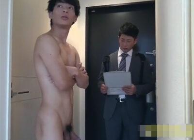 【ゲイ動画】家に来たWi-fiの営業マンに全裸対応するイケメン住人!契約をチラつかせ営業マンとハッテンしケツマンで性処理することに!