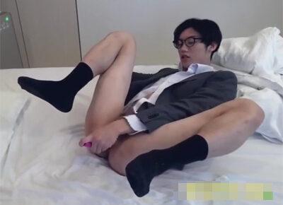 【ゲイ動画】スーツイケメンがリラックスをしながらオナニーを楽しんで果てている姿を見ることができます!