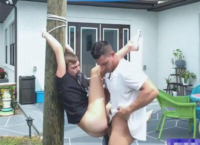 【外国人ゲイ動画】外国の広々とした素敵な庭の中にある柱に拘束されている白人がアナルセックスで激しく犯されることになる!