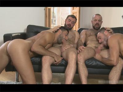 【外国人ゲイ動画】4人のマッチョな白人の男たちが乱交で激しいプレイをひたすら楽しむことになる!