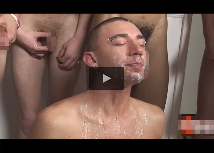 【外国人ゲイ動画】坊主な白人の男が2本挿入などで乱交をしながら精液をぶっかけられることになる!