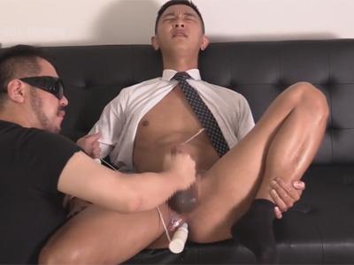 【外国人ゲイ動画】スーツ姿の中国人の男がゴーグルマンに尻穴をたっぷりと開発されることになってしまう!