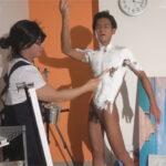 【ゲイ動画】マニアックな全身ペイント!画家のスタジオを訪れたイケメンリーマンが全身を白に塗りたくられ手コキでイカされてしまう!