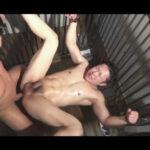 【ゲイ動画】腕をつるされた状態のスジ筋の男がゴーグルマンに抵抗できずにアナルセックスまでされて乱れあうことになる!