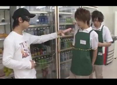 【ゲイ動画】店員をレイプすることが目的なコンビニ強盗犯!店員同士で絡み合わせたりディルドやバイブやチンポでアナルを犯しまくる!