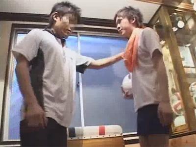 【ゲイ動画】コーチが教え子のバレー部員にセクハラレイプ!マッサージと言いつつ身体をベタベタと触りアナルにペニス挿入!