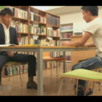 【ゲイ動画】図書館で向かいに座ったイケメンがタイプ…!ムラムラしたリーマンがチンポを見せて誘い館内で人目を避けつつハッテンする!